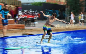 В Москве открылся бассейн для серфинга с песчаным пляжем