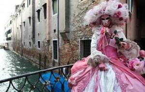 Гостей Венецианского карнавала попросят снять маски