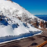 В Сочи туристов на автомобилях учат вождению по горным дорогам