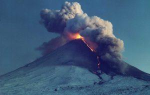 МЧС просит туристов не приближаться к вулканам Камчатки