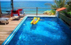 Скользкая плитка, мутная вода и еще 3 признака того, что в бассейне при отеле нельзя купаться