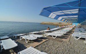 Глава Крыма запретил навязывать туристам лежаки на пляжах