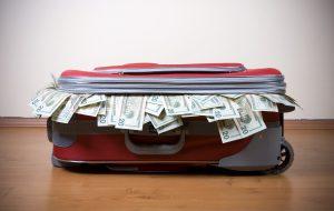 Под матрасом или в чемодане: путешественники рассказали, где прячут деньги в отпуске