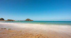 Власти Франции закрывают пляжи — море выбрасывает пакеты с наркотиками
