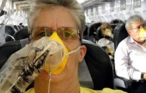 Что нужно знать о кислородных масках, которые выбрасываются в случае ЧП в самолете?