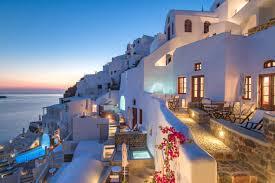 Греция планирует открыть отели в июне и ввести «паспорта здоровья»