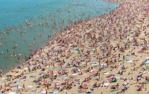 Можно ли заразиться коронавирусом на пляже, в море и в бассейне?