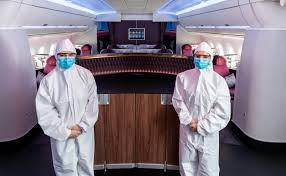 Бортпроводники Qatar Airways стали носить защитные костюмы