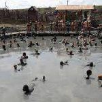 В Сочи туристы атакуют бесплатный грязевой источник