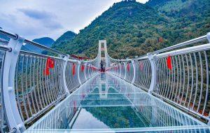 В Китае открылся самый длинный и страшный в мире мост со стеклянным дном