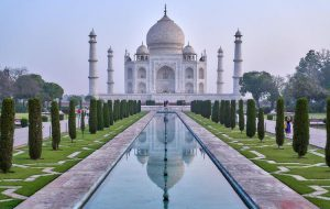 Знаменитый комплекс Тадж-Махал в Индии вновь открылся. Новые правила пугают туристов