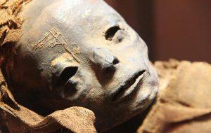 Археологи обнаружили в Египте мумии с золотыми языками и необычными аксессуарами