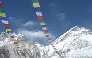 Эверест открывается для альпинистов впервые после начала пандемии. Как это будет?