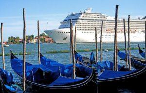Венеция ввела официальный запрет на проход больших круизных судов через исторический центр города