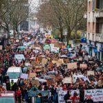 Франция вводит жесткие ограничения для всех непривитых, народ вышел на улицы